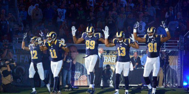 Omicidio Brown, giocatori del St. Louis entrano in campo con le mani alzate. La rabbia dei poliziotti:...
