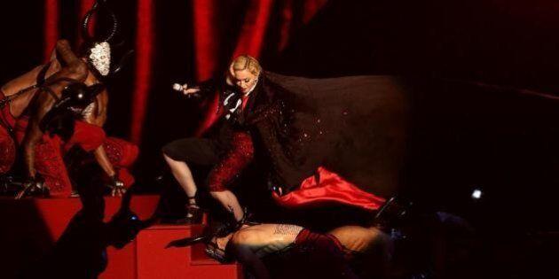 Madonna, la caduta durante l'esibizione ai Brit Awards 2015 era preparata? I rumors: