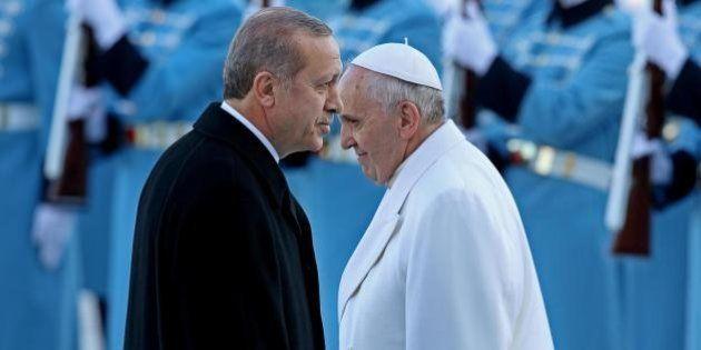 Papa Francesco archivia in silenzio l'idea della Turchia nella UE. Capo chino davanti al patriarca, testa...