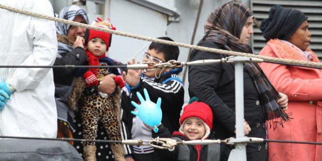 Per risolvere il problema dei migranti la retorica dello spreco e dell'invasione servono a