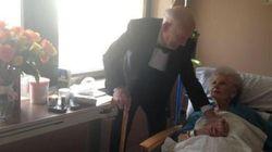 La moglie è in ospedale, si presenta in smoking per festeggiare il 57°