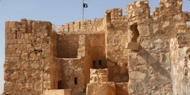 Isis, bandiera nera innalzata sulle rovine di Palmira. Su twitter e su siti vicini al Califfato le immagini