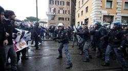 Cariche della polizia al corteo contro il Jobs