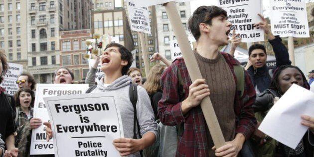Agente di polizia di New York uccise un nero, ma non sarà incriminato. New York rischia di diventare...