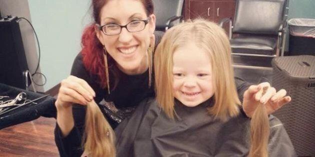 Bambina di 3 anni dona i suoi capelli per una piccola malata di cancro. Ai genitori dice: