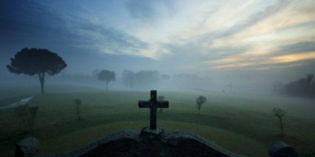 Rimane chiusa nel cimitero, scavalca, cade e