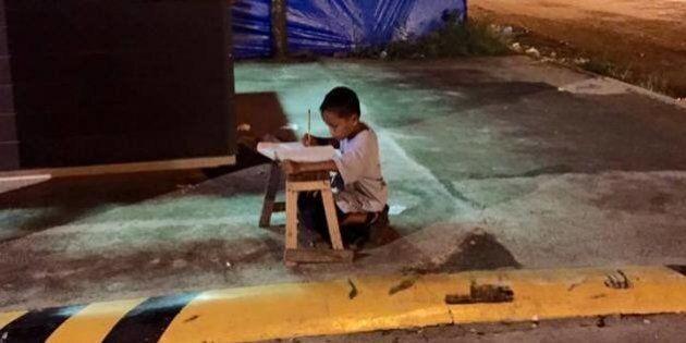 Il bambino che studiava alla luce del lampione va a scuola: migliaia di donazioni per Daniel che realizza...