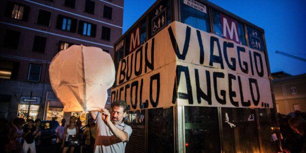 Incidente metro Roma, l'abbraccio la madre del piccolo Marco e l'impiegato autore del tragico errore:...