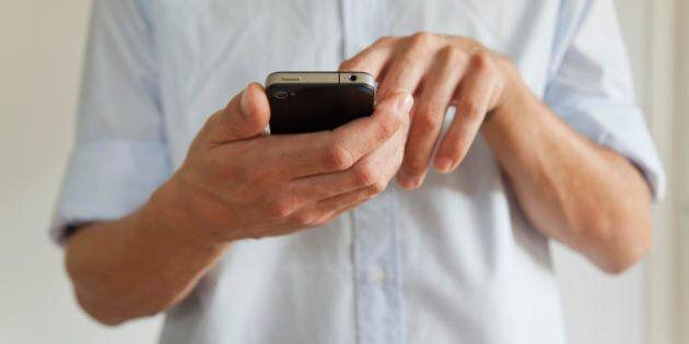 Un uomo distratto dal cellulare precipita dalla scogliera di San Diego. I testimoni: