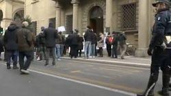La protesta dei risparmiatori davanti a Banca Etruria: