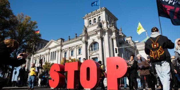 """Manifestantes sostienen las letras """"STOP"""" (ALTO) durante una marcha contra el Tratado de Libre Comercio..."""