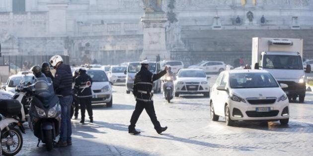 Smog, le targhe alterne a Roma e Milano non servono, si spera nelle piogge. Scontro