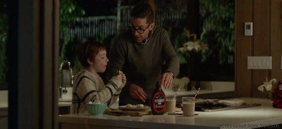 VIDEO. Il padre lavora e non ha tempo per la figlia. Lei costruisce un cartonato del genitore e si riappropria...