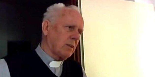 Caro Don Gino, i bambini cercano affetto in noi preti. Non si può
