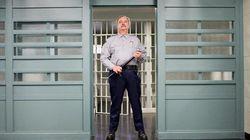 Agenti carcerari al lavoro in un penitenziario senza