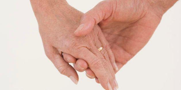 L'ex domestica sposa un 89enne: lui muore un anno dopo e lei eredita 2 milioni di euro. Accusata di circonvenzione