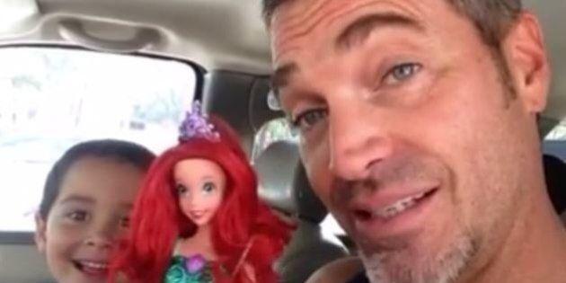 Il figlio vuole una bambola e la reazione del padre è fantastica