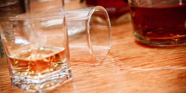 Troppa vodka, muore, 'risorge' e torna a bere: al bar gli amici stavano brindando alla sua
