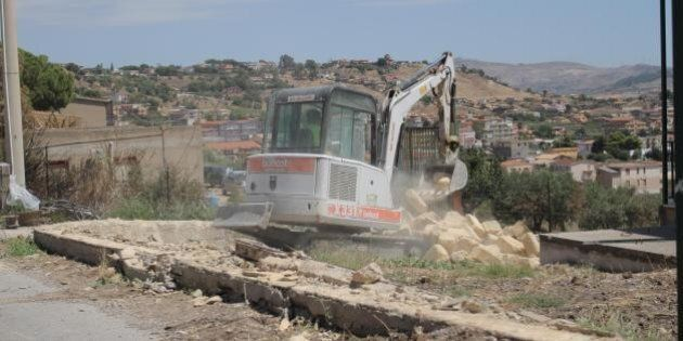 Valle dei Templi: arrivano le ruspe per abbattere 650 case abusive. Smantellato il primo muretto a 17...
