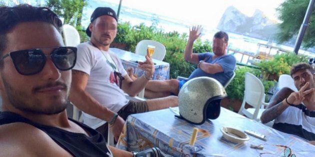 Violentano due volte una turista e scattano un selfie facendo il segno della vittoria