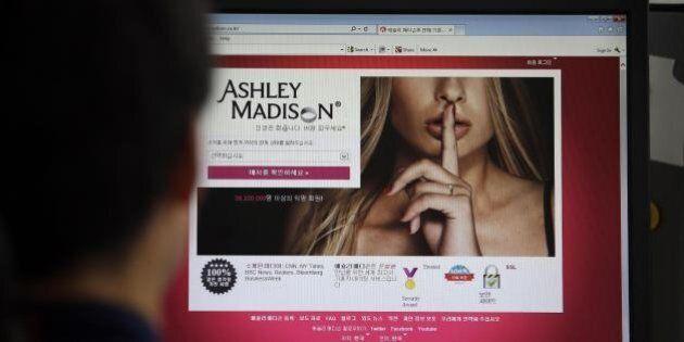 Ashley Madison, tre suicidi dopo l'attacco hacker al sito dei coniugi infedeli: non hanno retto alla...