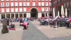 Vergogna a Madrid: tifosi olandesi umiliano le mendicanti con il lancio di