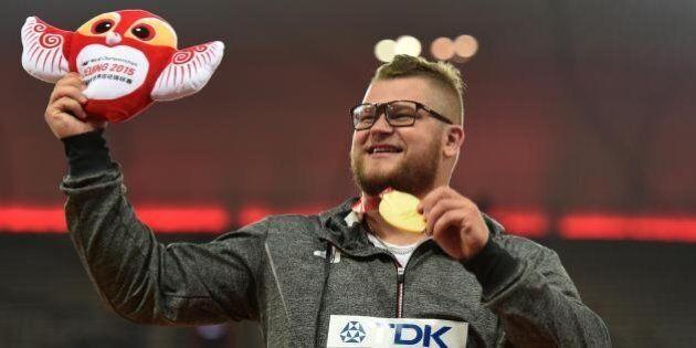 Pawel Fajdek vince la medaglia d'oro ai mondiali di atletica, si ubriaca e la usa per pagare il