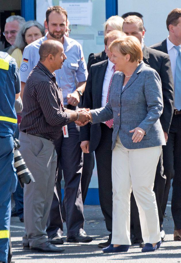 Heidenau, Angela Merkel fischiata al centro di accoglienza preso di mira dall'estrema destra: