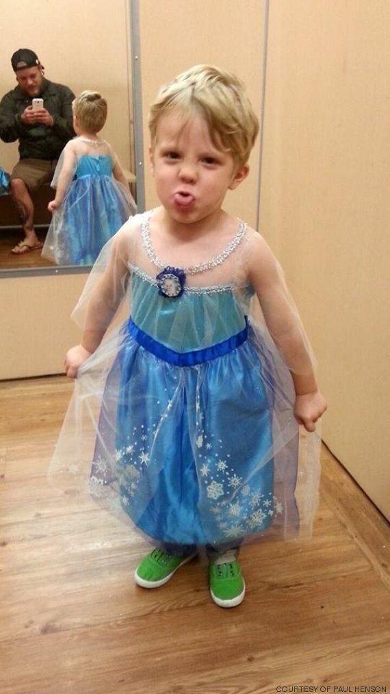 Il bambino vuole il costume da principessa per Halloween: la risposta dei genitori è una prova