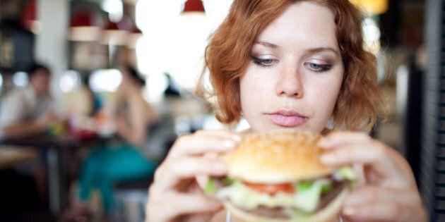 I vegetariani mangiano la carne di nascosto quando sono ubriachi. Lo fa 1 su 3, secondo un sondaggio