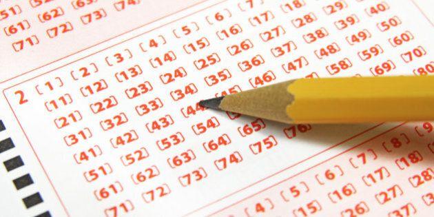 Una coppia vince alla lotteria 35 milioni di sterline. Ma poi deve rinunciare alla cifra per un