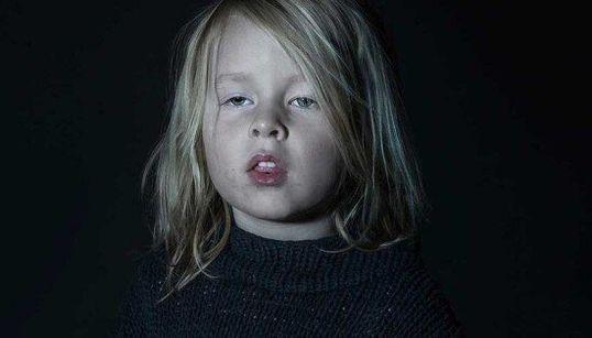 Il lato più oscuro della tecnologia nel volto dei bambini davanti a uno