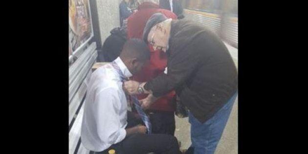 Il vecchio insegna al giovane a fare il nodo alla cravatta: il bel gesto sulla metropolitana di