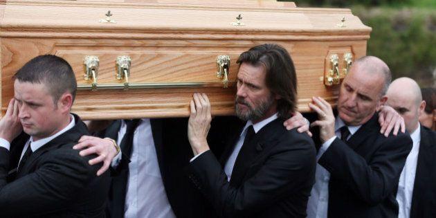 Jim Carrey al funerale della fidanzata Cathriona White porta la bara fino al cimitero