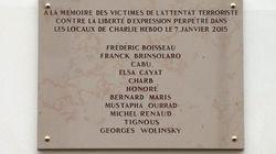 Charlie Hebdo un anno dopo, ma sulla targa sbagliano il nome di