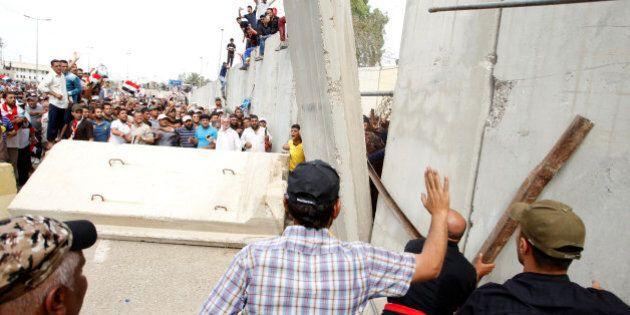 Iraq, stato di emergenza a Baghdad. I sostenitori di Moqtada Al Sadr irrompono in