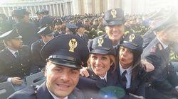 Il sorriso dei giovani poliziotti che incontrano il