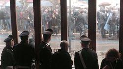 Renzi leader senza bagni di folla, un presidio in ogni città e lui