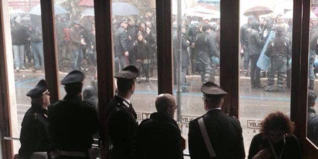 Matteo Renzi leader senza bagni di folla, un presidio in ogni città e lui dribbla. Su internet è tormentone