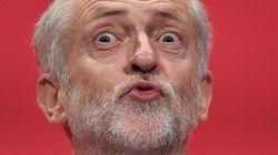 Non si inchina alla regina Elisabetta: tolto a Corbyn il titolo di onorevole (FOTO,
