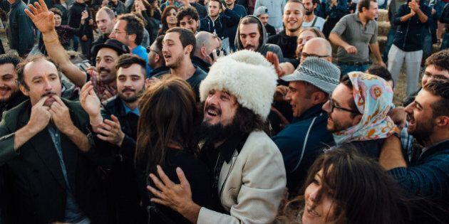 Vinicio Capossela festeggia le nozze d'argento con la musica. Al Calitri Sponz Fest un concerto in stazione...