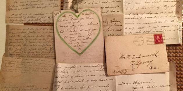 Gina Teliho ristruttura il soffitto della sua casa ad Atlanta e trova un plico di lettere d'amore vecchie...