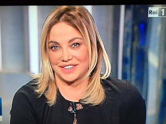 Simona Izzo rifatta? L'attrice irriconoscibile a Porta a Porta. Sui social scoppia il caso: