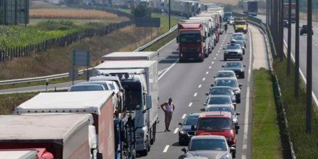 Austria, coda di oltre 20 chilometri in autostrada al confine con l'Ungheria. Controlli rafforzati dopo...