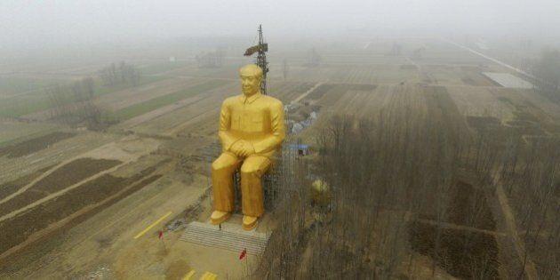 Cina, abbattuta la gigantesca statua dorata di Mao Tse Tung nella regione di