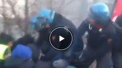 Polizia sgombera picchetto, dipendenti urlano