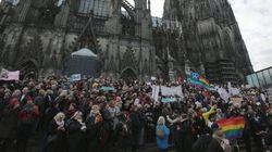 Colonia, femministe in piazza. La polizia interrompe il corteo anti-Islam di