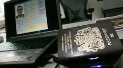 Passaporti falsi e foto dell'Isis sul cellulari: due arresti a