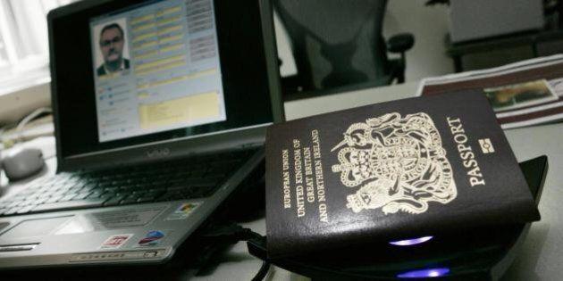 Terrorismo, foto Isis sul cellulare e passaporti falsi. Due arrestati a