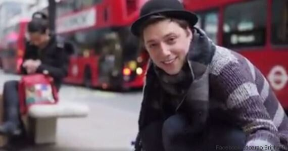 VIDEO. Questo ragazzo italiano chiede a tutta Londra di convincere il padre a smettere di fumare: